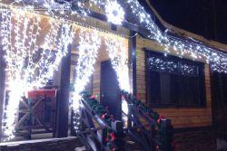 новогоднее оформление дома светодиодным дождем, светодиодной бохрамой, еловой герляндой